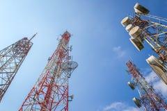 Cellulaire communicatie torens op blauwe hemel Royalty-vrije Stock Afbeeldingen