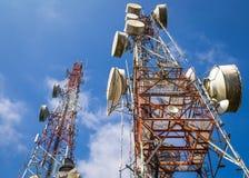 Cellulaire communicatie torens op blauwe hemel Stock Foto