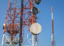 Cellulaire communicatie torens op blauwe hemel Stock Afbeeldingen