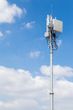 Cellulaire zender met blauwe hemel stock afbeeldingen
