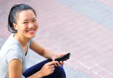 Cellulare asiatico di uso della donna Immagini Stock Libere da Diritti