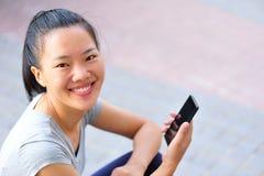 Cellulare asiatico di uso della donna Fotografia Stock Libera da Diritti