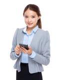 Cellulare asiatico di uso della donna di affari Immagine Stock Libera da Diritti