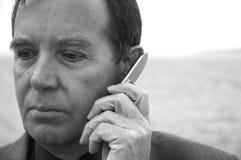 Cellulare del wih dell'uomo d'affari fotografia stock libera da diritti