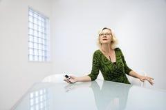 Cellulare della holding della donna di affari Fotografia Stock Libera da Diritti