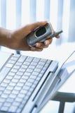 Cellulare della holding della mano della donna Fotografia Stock