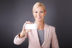 Cellulare della tenuta della donna in sua mano Fotografia Stock