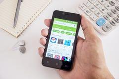 Cellulare dello smartphone della tenuta dell'uomo della mano Fotografia Stock