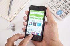 Cellulare dello smartphone della tenuta dell'uomo della mano Fotografie Stock