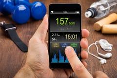 Cellulare di Person Checking Heart Rate On Immagini Stock