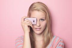 Cellulare di uso dell'adolescente nella sua stanza Fotografie Stock Libere da Diritti