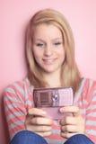 Cellulare di uso dell'adolescente nella sua stanza Immagine Stock Libera da Diritti