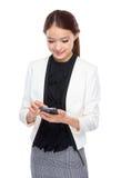 Cellulare di uso della donna di affari Fotografia Stock