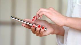 Cellulare di uso della ragazza per le reti sociali di lettura rapida stock footage