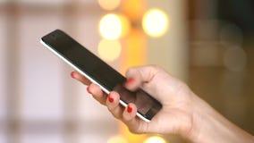Cellulare di uso della ragazza per le reti sociali di lettura rapida video d archivio