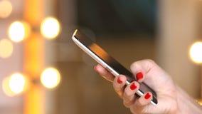 Cellulare di uso della ragazza per le reti sociali di lettura rapida archivi video