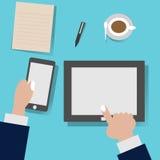 Cellulare e compressa di uso della gente sullo scrittorio funzionante illustrazione di stock