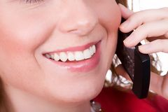 Cellulare femminile della holding Fotografie Stock