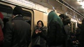 Cellulare nella metropolitana di Mosca archivi video