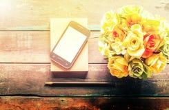Cellulare sul pavimento di legno fotografie stock