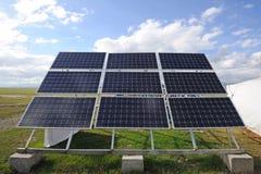 Cellule di pannelli solari con le nuvole bianche Immagini Stock Libere da Diritti