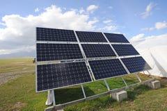 Cellule di pannelli solari con le nuvole bianche Immagine Stock Libera da Diritti