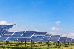 Cellule solari al silicio policristalline in centrale elettrica solare Fotografia Stock