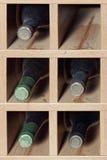 Cellules avec cinq bouteilles de vin Images libres de droits