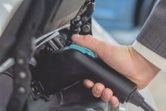 Cellules de batterie de remplissage d'électro voiture blanche Photos libres de droits