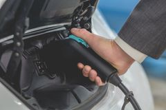 Cellules de batterie de remplissage de voiture électrique à la station de suralimentation Photographie stock