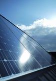 Cellules photovoltaïques électriques de panneaux solaires Photo stock