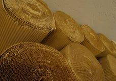 Cellulosabransch Rullande wellpapp på det pappers- shoppar Royaltyfria Bilder