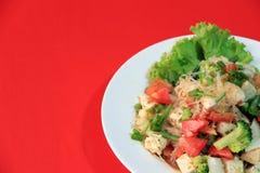 Celofanowi kluski sałatkowi z Wietnamską wieprzowiny kiełbasą i rozmaitości warzywem tak jak sałata, pomidor i cebula w round tal fotografia royalty free