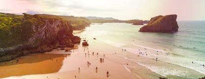 海滩和岩石在日落,圣马丁省海滩看法,在Celorio,阿斯图里亚斯的省 免版税库存照片