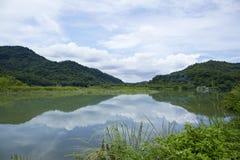 Celowniczy jezioro i linia horyzontu widok Zdjęcia Stock