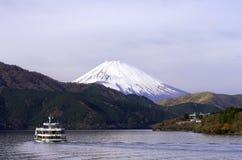 Celowniczy widzii statek na Hakone jeziorze z Fuji halnym tłem, Zdjęcia Stock