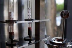 Celsius temperatura, pomiarowy przyrz?d, w g?r? Czerwony rt?? termometr obrazy royalty free