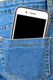 Celtelefoon in achterzak van de jeans van het meisje royalty-vrije stock afbeeldingen