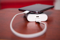 Celtelefoon die met Machtsbank belasten Royalty-vrije Stock Foto's