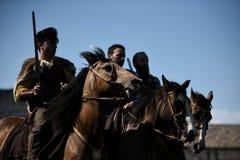 Celtic adelt Reitpferde in den traditionellen Kostümen Stockbilder