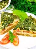 Celtic de tarte avec les épinards et la tomate dans le plat à bord Images libres de droits