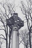 Celtic kors i kyrkogård Arkivbilder