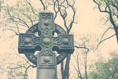 Celtic kors i kyrkogård Arkivfoto