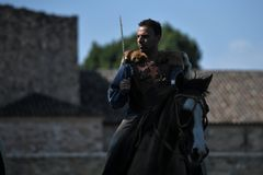 Celtyckiego rycerza jeździeccy konie w tradycyjnym kostiumu obraz royalty free