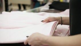 Celu materiał filmowy piękna kobieta wręcza rozwijać się rolkę lekka tkaniny warstwa warstwą Mierzy długość z a zdjęcie wideo