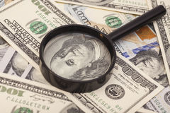 Cem cédulas do dólar sob a lupa Foto de Stock Royalty Free