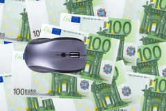 Cem cédulas do Euro com rato do computador Fotos de Stock