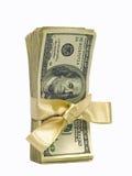 Cem contas de dólar amarradas com uma fita do ouro Fotos de Stock
