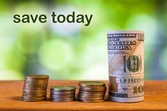 Cem dólares americanos rolaram a cédula da conta, com as moedas americanas Fotografia de Stock Royalty Free