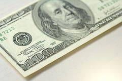 Cem dólares com uma nota 100 dólares Foto de Stock Royalty Free